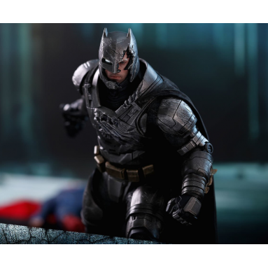 COLLECTIBLE BATMAN ARMORED DAMAGED 33CM